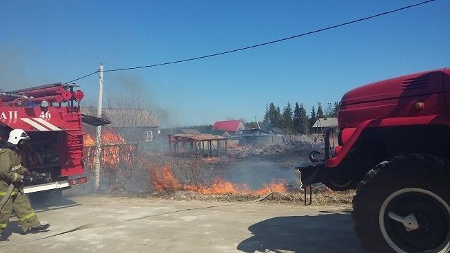 Пожарно-спасательные подразделения ликвидировали возгорание травы и мусора в районах Архангельской области